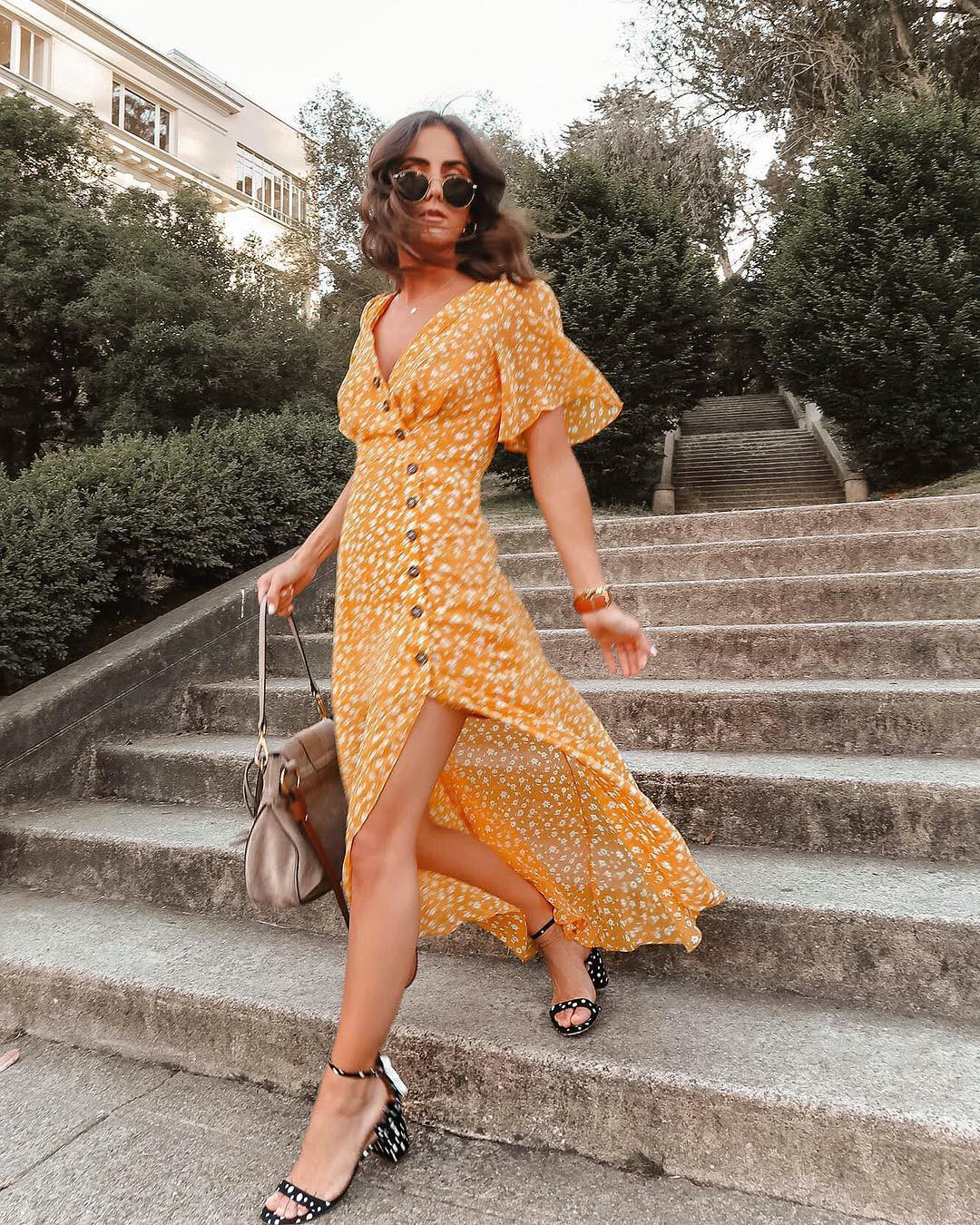 Suốt mấy tháng hè, đi đến đâu cũng bắt gặp các cô nàng làm điệu với 4 kiểu váy liền này - Ảnh 1.