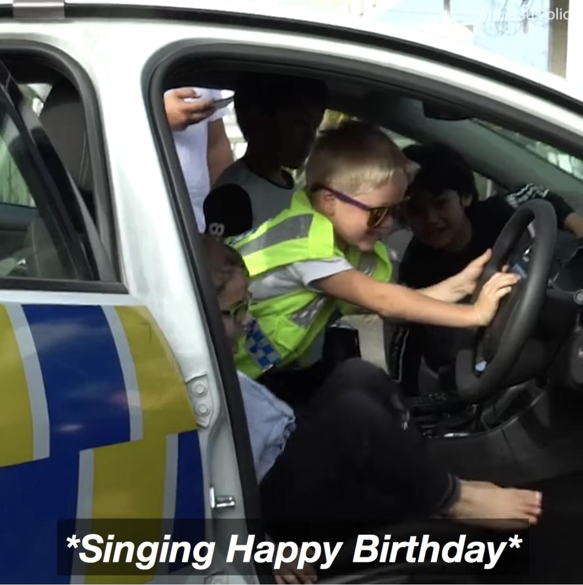 Cậu bé 5 tuổi gọi điện tới đồn cảnh sát để... mời dự sinh nhật, các sĩ quan cũng chẳng ngại gì mà không đến - Ảnh 2.