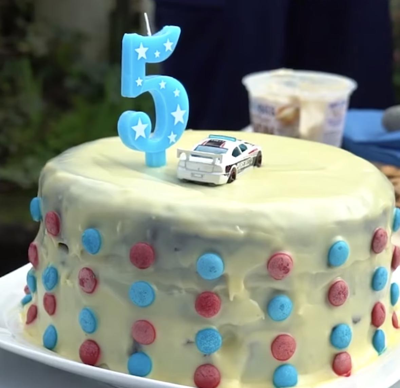 Cậu bé 5 tuổi gọi điện tới đồn cảnh sát để... mời dự sinh nhật, các sĩ quan cũng chẳng ngại gì mà không đến - Ảnh 3.
