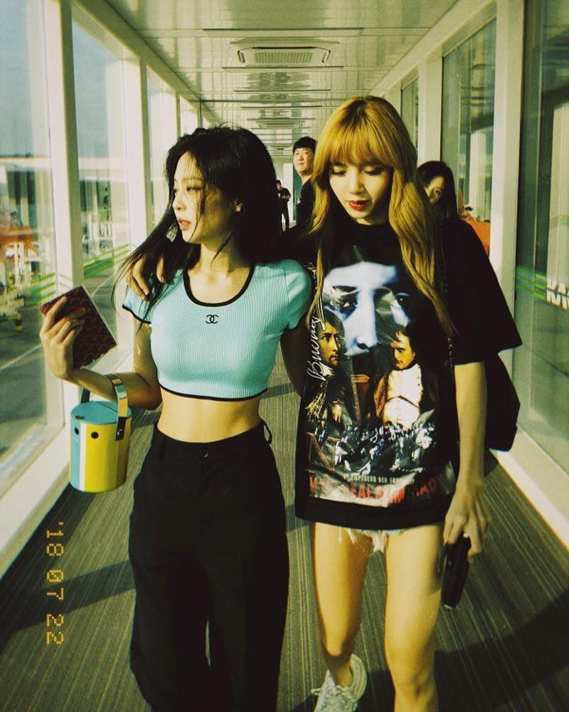 Nhìn Jennie Kim sành điệu ngút trời, chẳng ai ngờ rằng chiếc áo cô diện là đồ cổ đã hơn 20 năm tuổi - Ảnh 1.