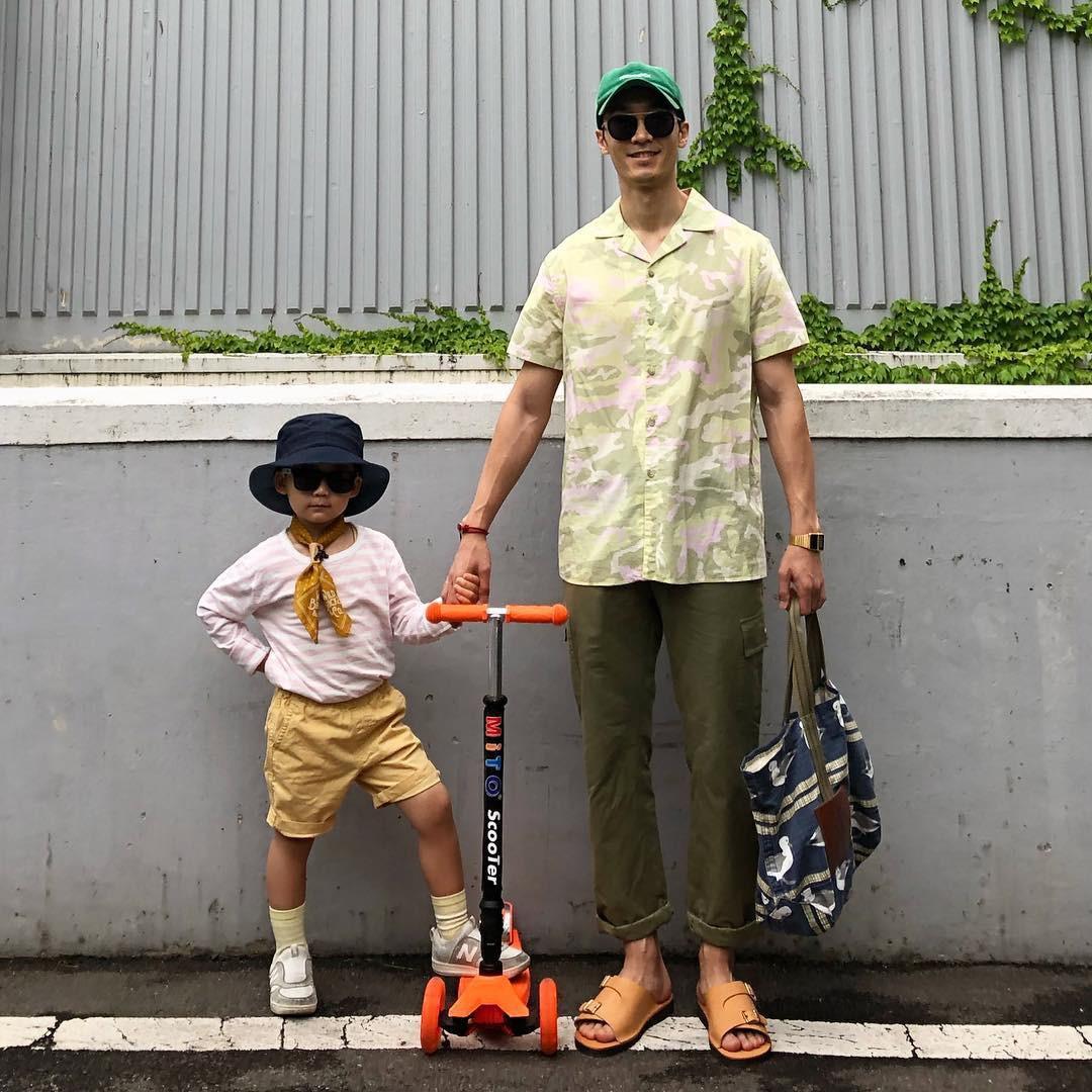 Có ai như bố con nhà này, diện đồ đôi vừa ngầu vừa dễ thương hết phần người khác - Ảnh 11.