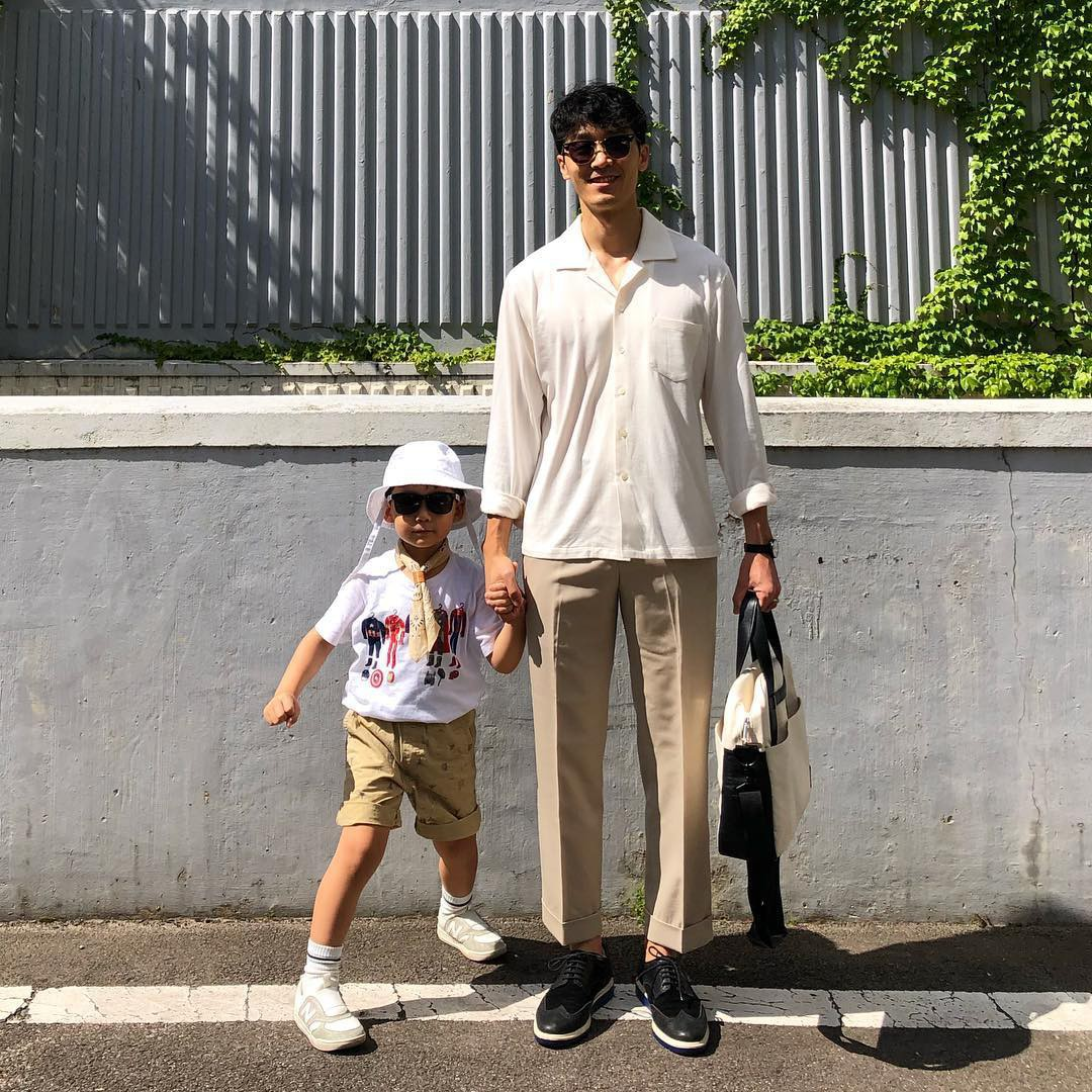 Có ai như bố con nhà này, diện đồ đôi vừa ngầu vừa dễ thương hết phần người khác - Ảnh 14.