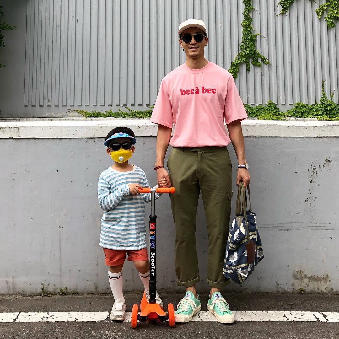 Có ai như bố con nhà này, diện đồ đôi vừa ngầu vừa dễ thương hết phần người khác - Ảnh 18.