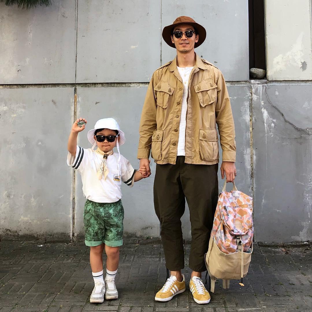 Có ai như bố con nhà này, diện đồ đôi vừa ngầu vừa dễ thương hết phần người khác - Ảnh 19.