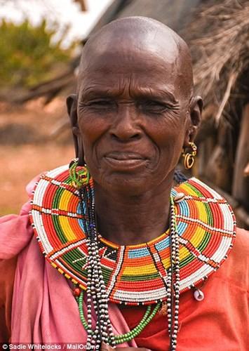 Bộ tộc sống theo truyền thống cổ xưa, 10 người ngủ trên 1 chiếc giường - Ảnh 3.