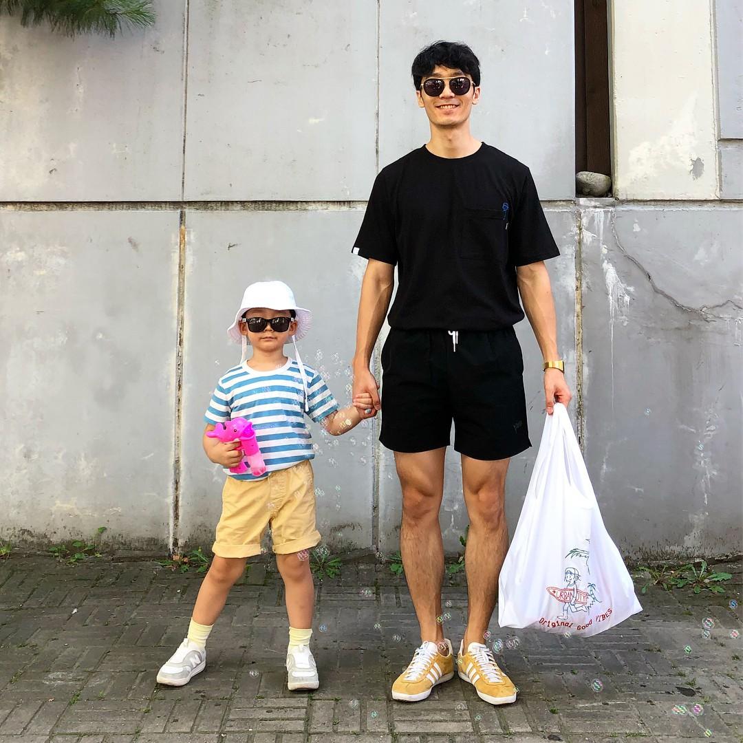 Có ai như bố con nhà này, diện đồ đôi vừa ngầu vừa dễ thương hết phần người khác - Ảnh 3.