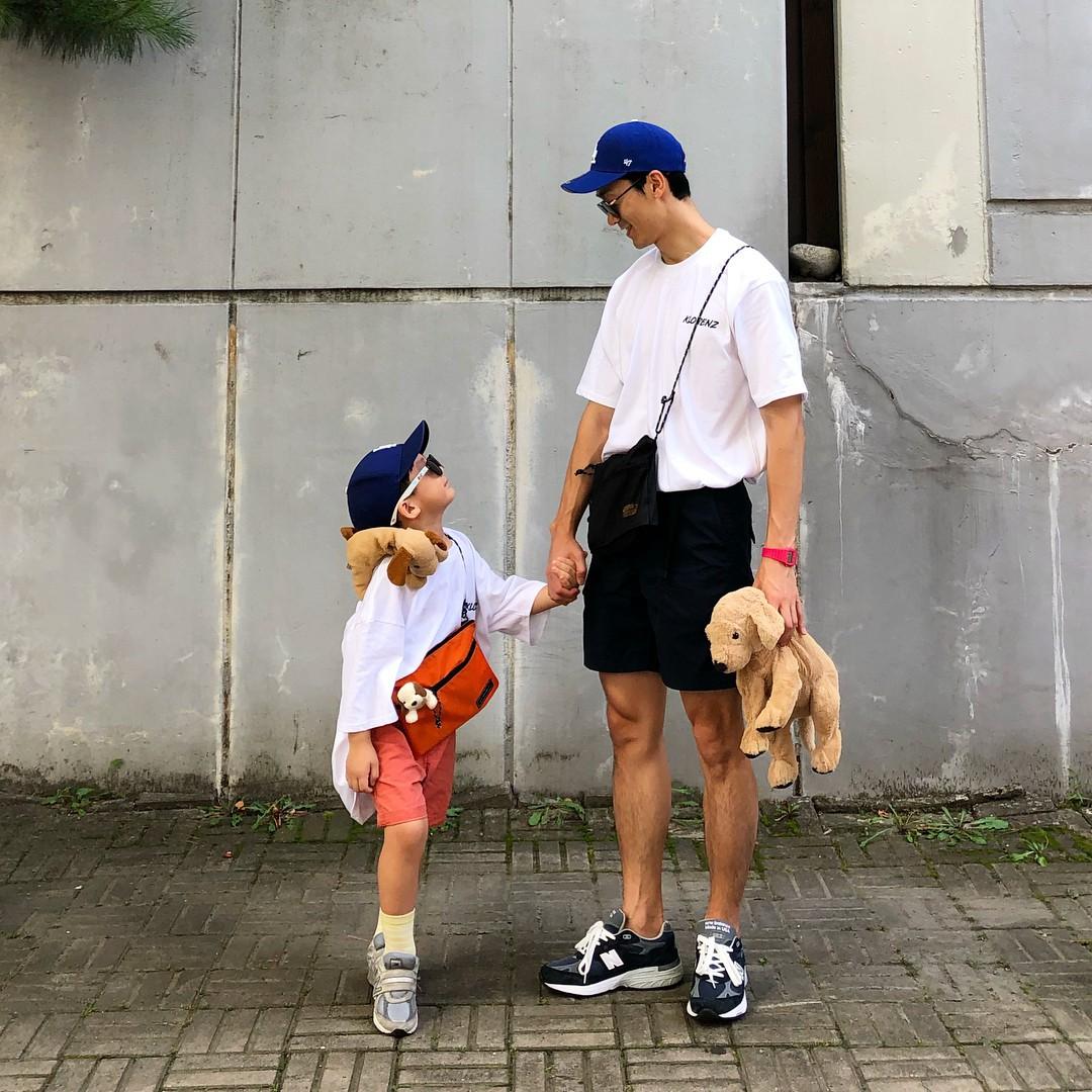 Có ai như bố con nhà này, diện đồ đôi vừa ngầu vừa dễ thương hết phần người khác - Ảnh 4.