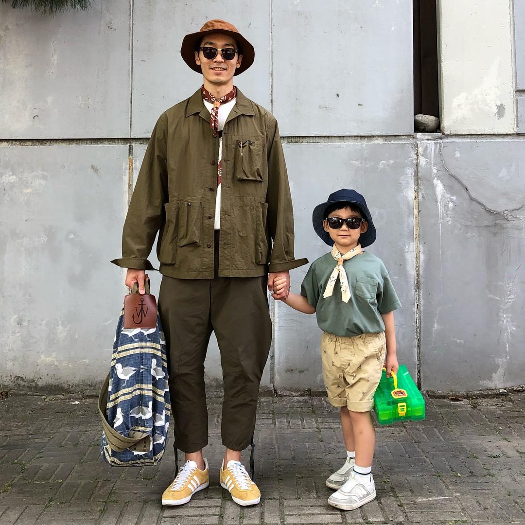 Có ai như bố con nhà này, diện đồ đôi vừa ngầu vừa dễ thương hết phần người khác - Ảnh 10.