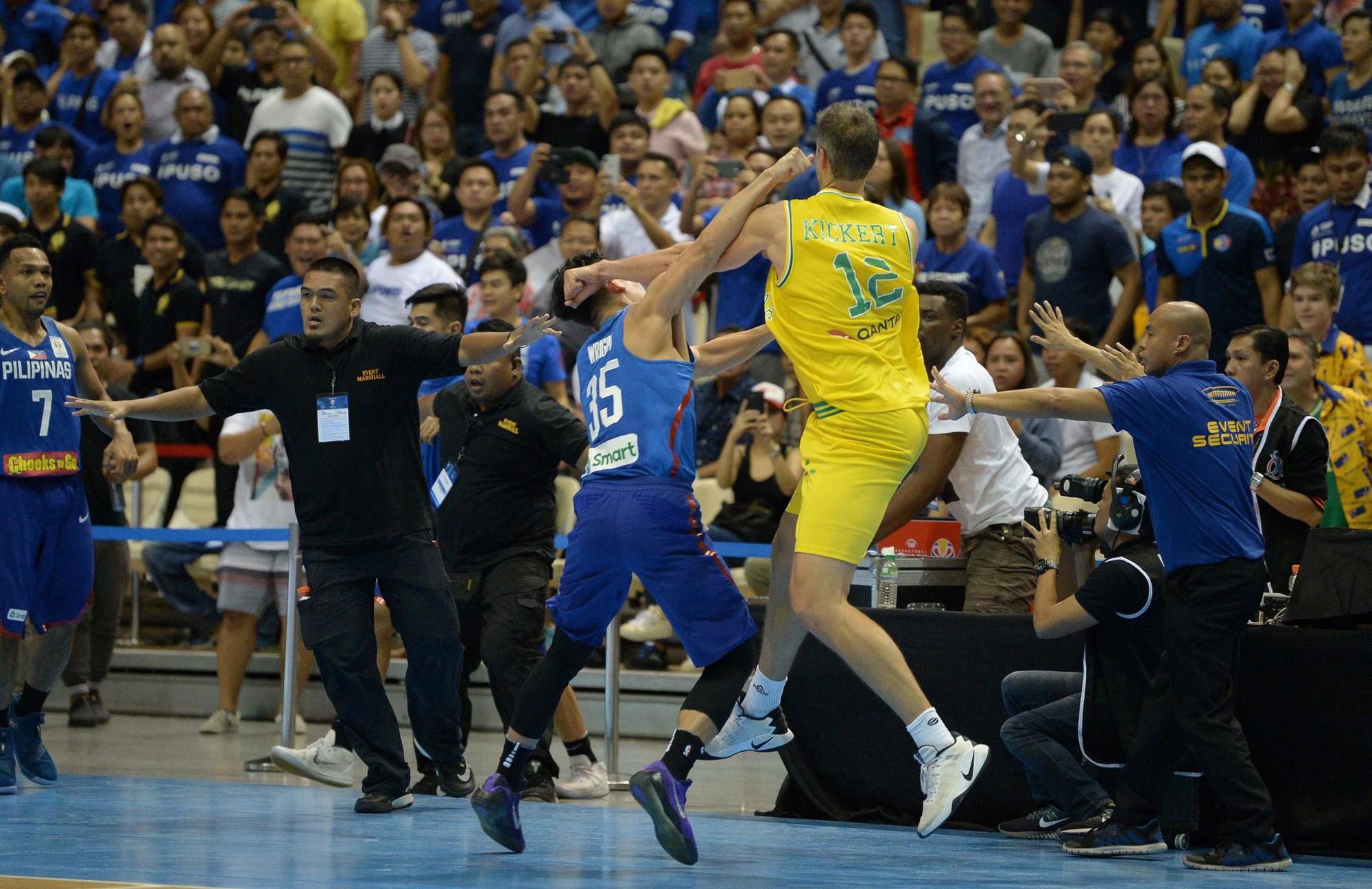 Kinh hoàng: cầu thủ bóng rổ Australia choáng váng khi bị đối thủ lấy ghế đập vào đầu - Ảnh 2.