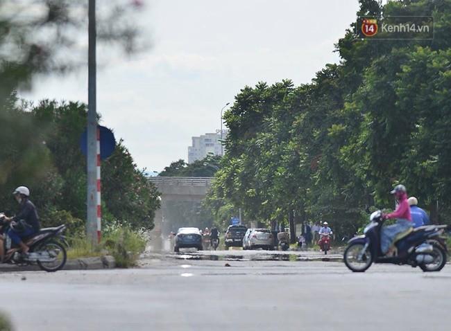Hà Nội: Mặt đường bốc hơi dưới cái nắng nóng 40 độ, công nhân công ty cây xanh phải che lá chống nắng - Ảnh 2.