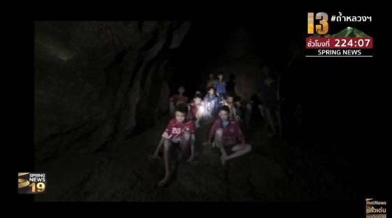 Những hình ảnh mới nhất về đội bóng Thái Lan mất tích trong hang động trên sóng truyền hình - Ảnh 6.