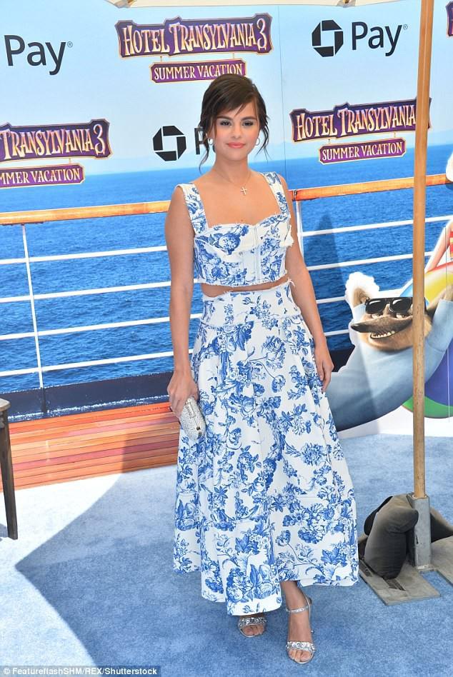 Quá mỏi vì giày cao gót, Selena Gomez vô tư đi luôn chân trần giữa sự kiện - Ảnh 3.