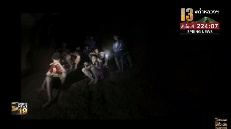 Những hình ảnh mới nhất về đội bóng Thái Lan mất tích trong hang động trên sóng truyền hình - Ảnh 7.