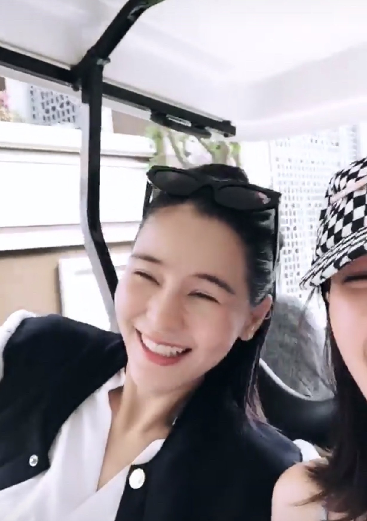 Song Hye Kyo Thái Lan Aom Sushar cười tít mắt, khoe vẻ đẹp mong manh khi đặt chân đến Phú Quốc - Ảnh 2.