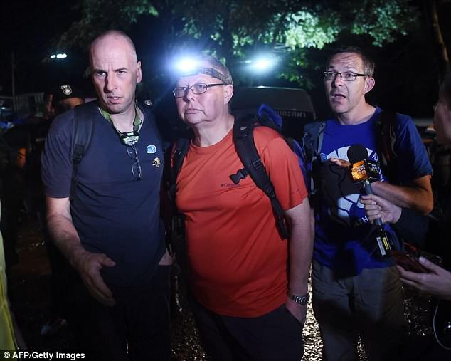 Clip: Khoảnh khắc tìm thấy 12 cầu thủ nhí và huấn luyện viên trong hang động Thái Lan - Ảnh 2.