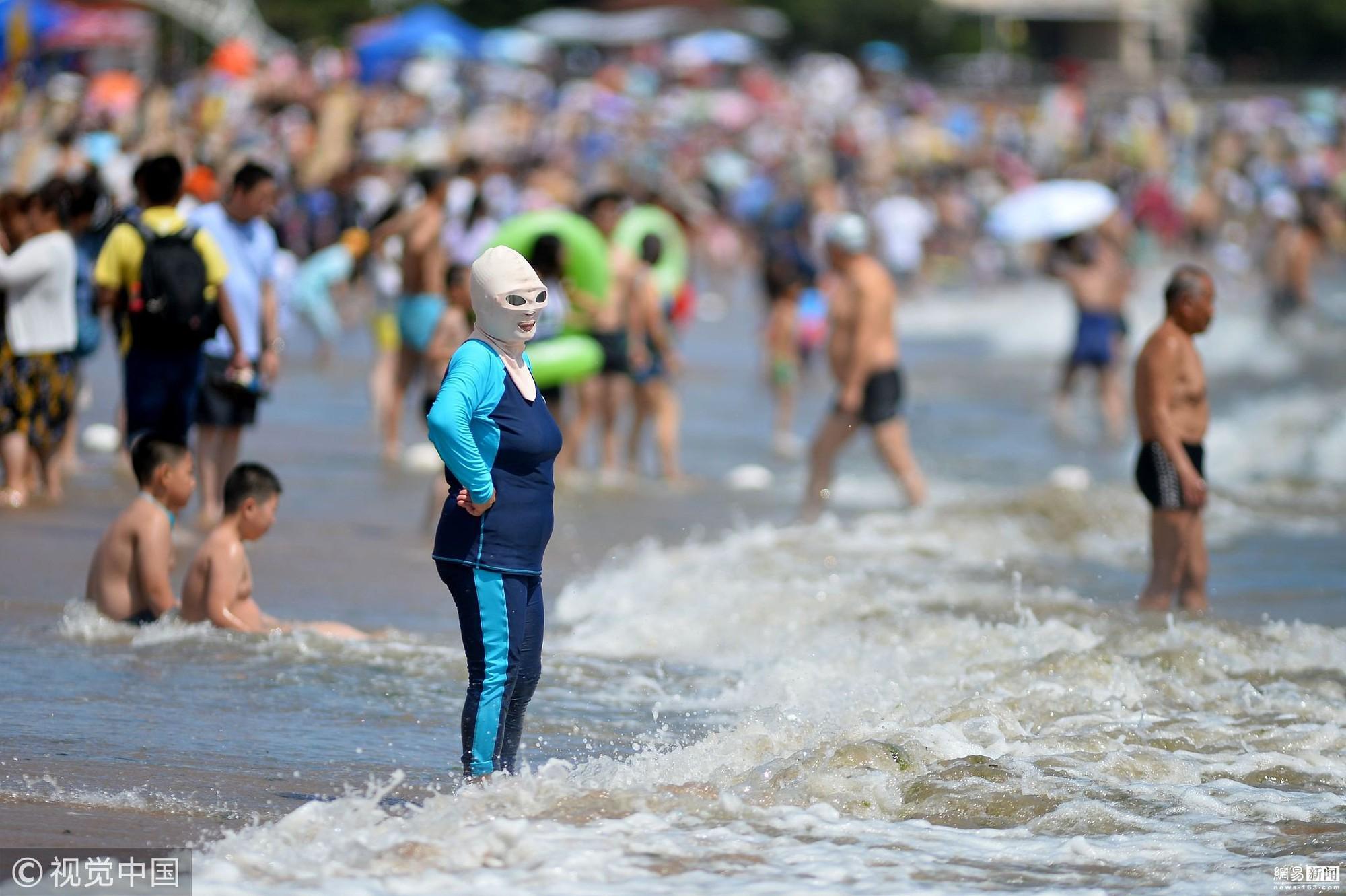Đến hẹn lại lên, các bãi biển Trung Quốc nở rộ áo tắm Ninja đi nghỉ mát của 500 chị em sợ cháy nắng - Ảnh 2.