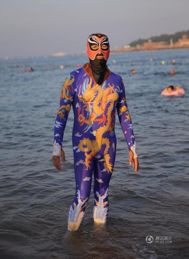 Đến hẹn lại lên, các bãi biển Trung Quốc nở rộ áo tắm Ninja đi nghỉ mát của 500 chị em sợ cháy nắng - Ảnh 7.