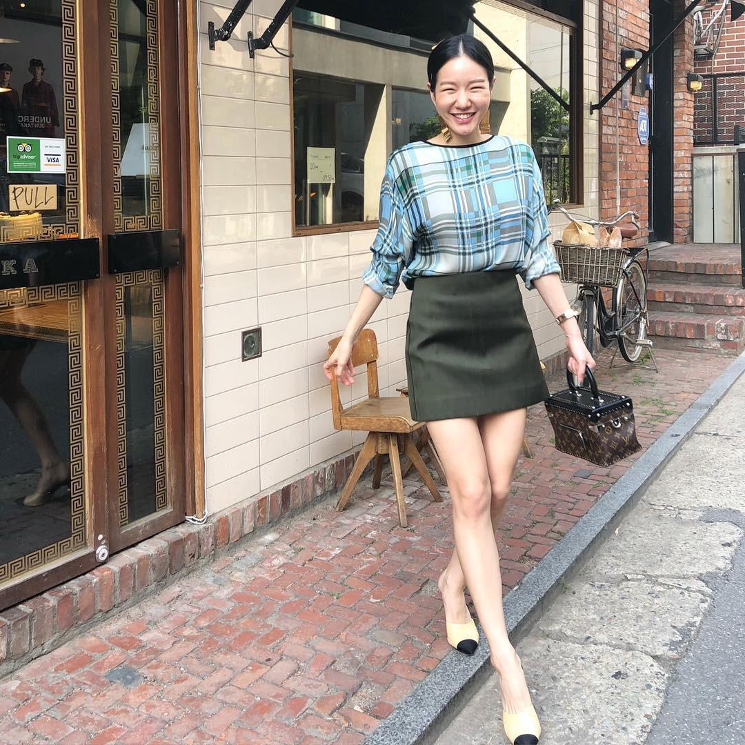 Mũ cói chống nắng được các quý cô Châu Á sử dụng làm phụ kiện sống ảo trong street style tuần này - Ảnh 4.