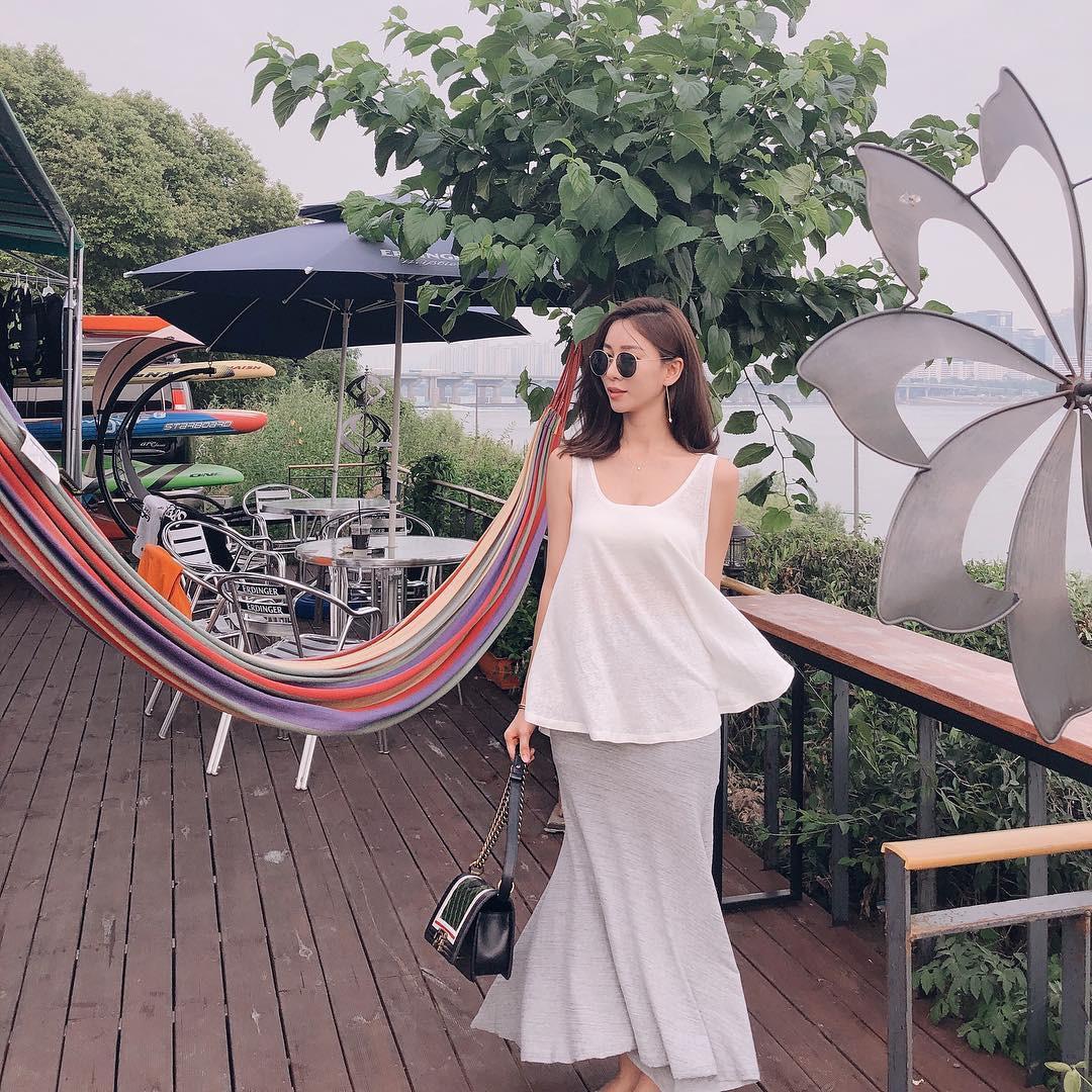 Mũ cói chống nắng được các quý cô Châu Á sử dụng làm phụ kiện sống ảo trong street style tuần này - Ảnh 5.