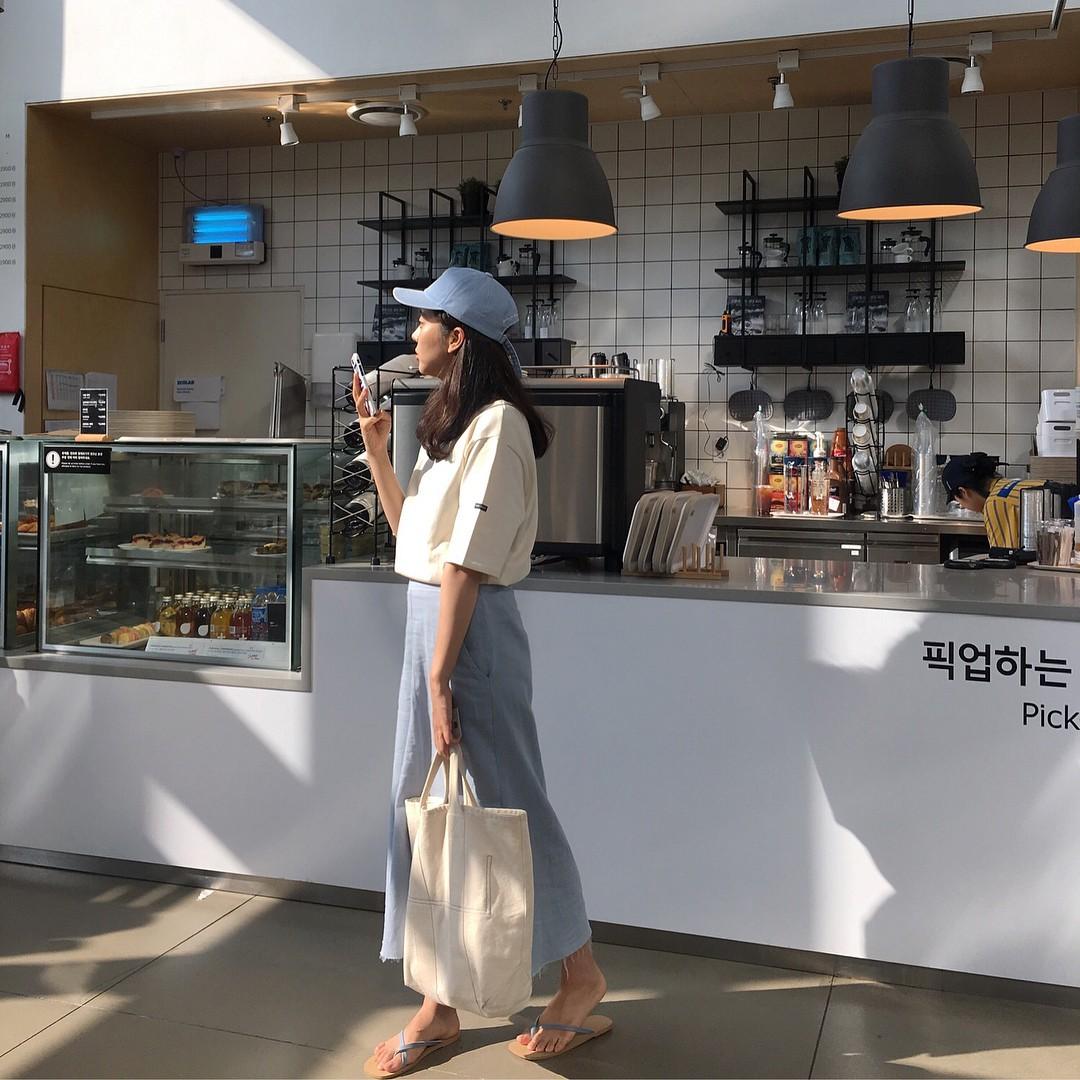 Mũ cói chống nắng được các quý cô Châu Á sử dụng làm phụ kiện sống ảo trong street style tuần này - Ảnh 10.