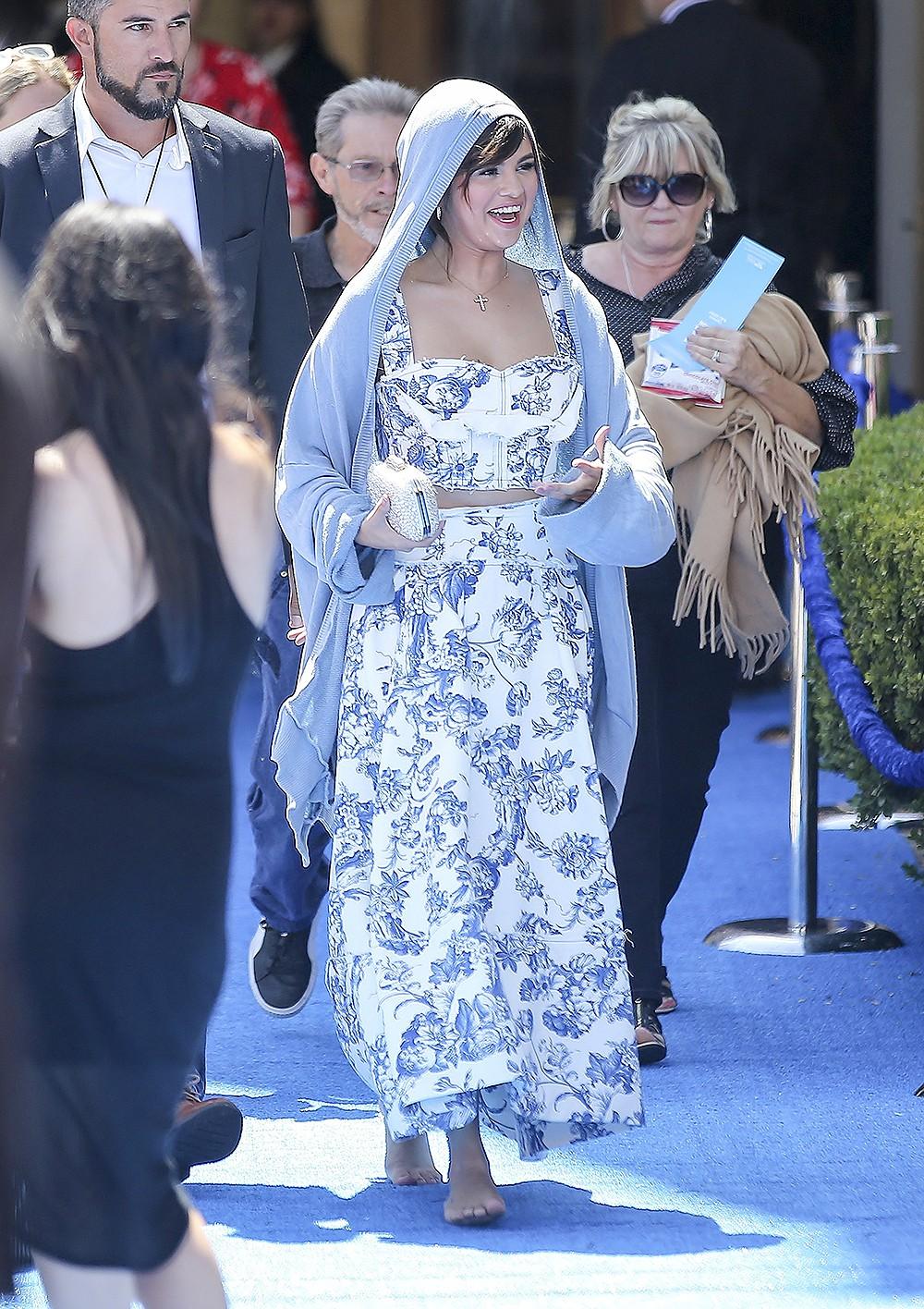 Quá mỏi vì giày cao gót, Selena Gomez vô tư đi luôn chân trần giữa sự kiện - Ảnh 1.