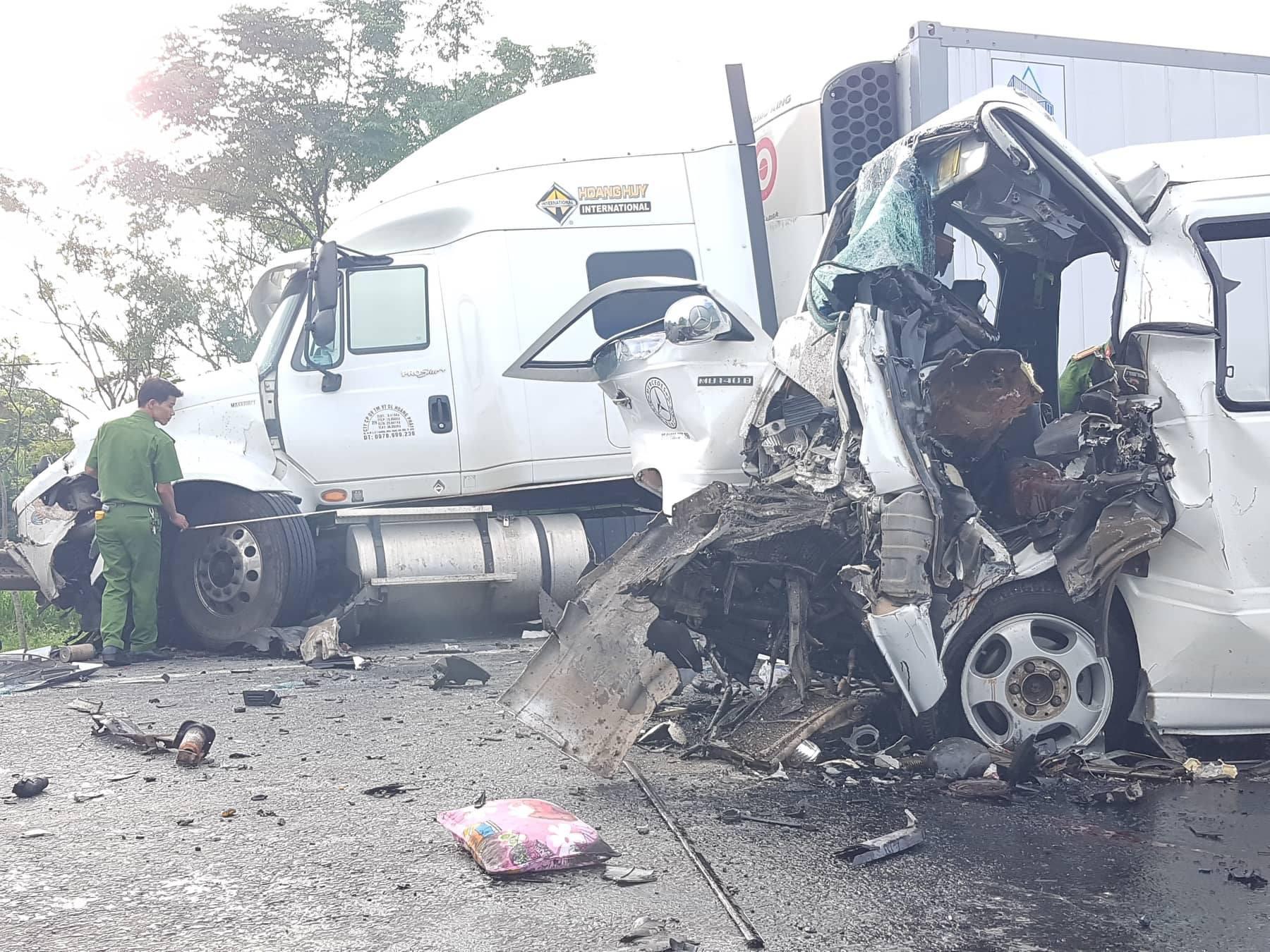 Ảnh: Hiện trường vụ xe rước dâu gặp tai nạn thảm khốc khiến chú rể và 12 người tử vong - Ảnh 5.