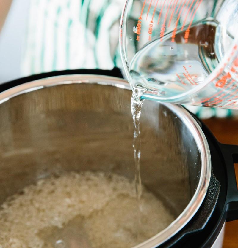 Những sai lầm tai hại khi nấu cơm nhiều người vô tình mắc phải mà không biết - Ảnh 2.