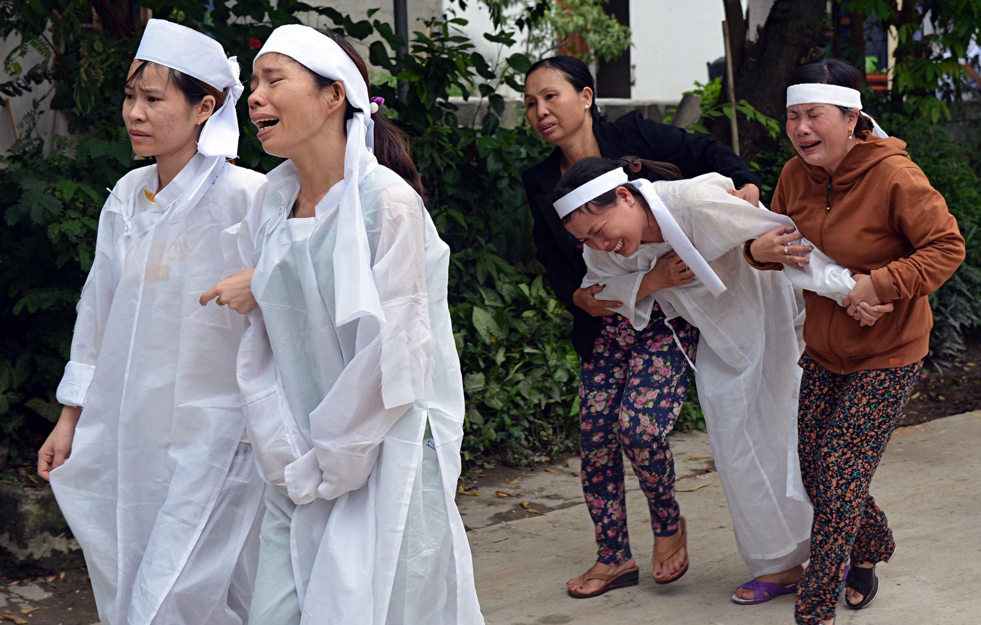 Đẫm nước mắt đại tang ở Lương Điền: Người thân bước đi không vững trong lễ yết tổ của 13 nạn nhân đoàn rước dâu - Ảnh 2.