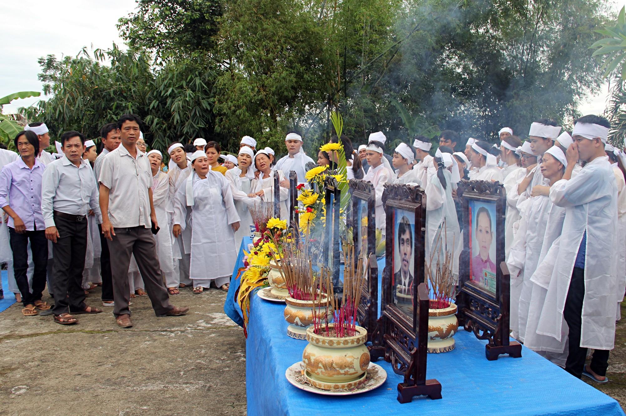 Đẫm nước mắt đại tang ở Lương Điền: Người thân bước đi không vững trong lễ yết tổ của 13 nạn nhân đoàn rước dâu - Ảnh 3.