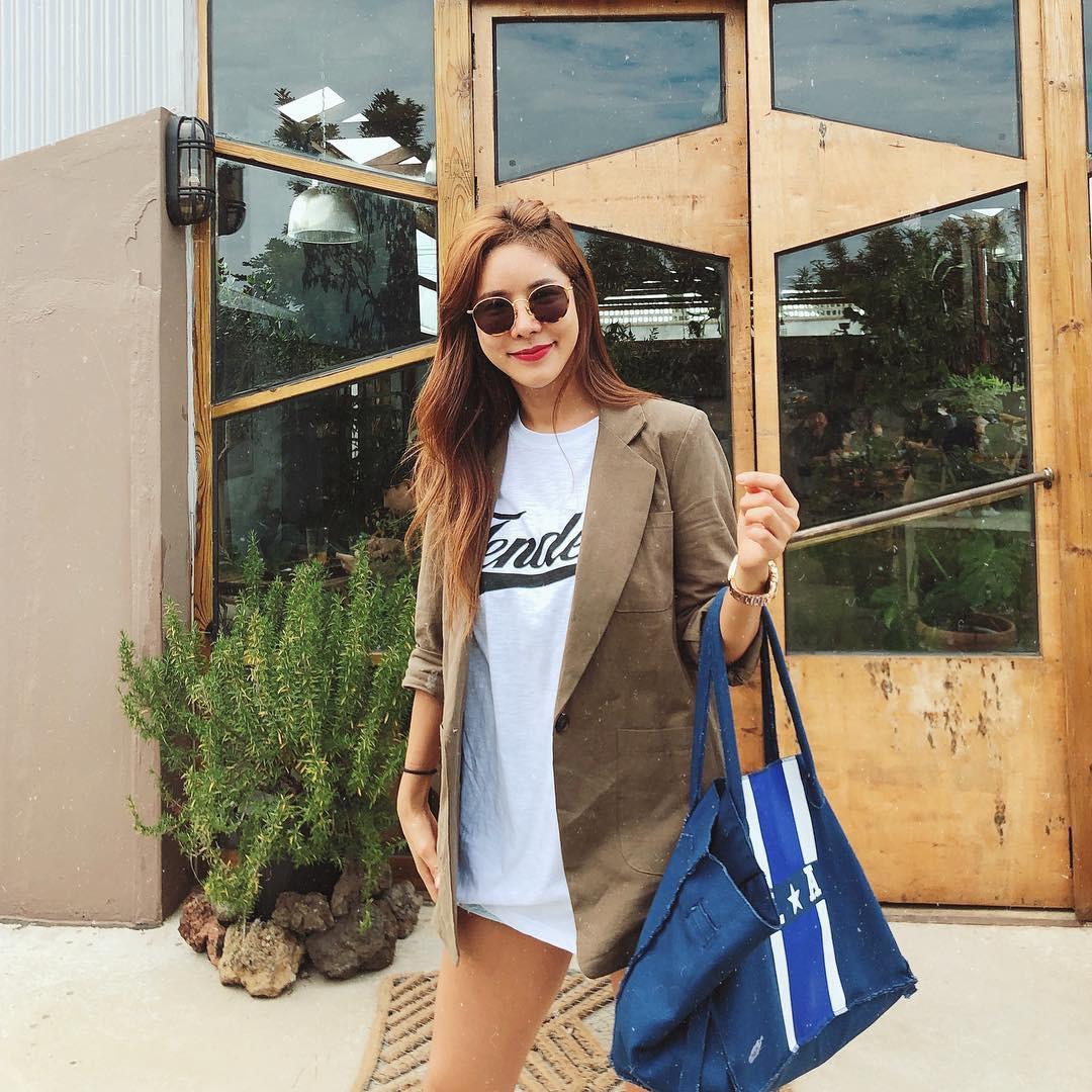 """Song Hye Kyo hay Kim Tae Hee cũng phải bái phục khả năng """"lão hóa ngược"""" ăn vận trẻ trung của mỹ nhân 42 tuổi này - Ảnh 9."""