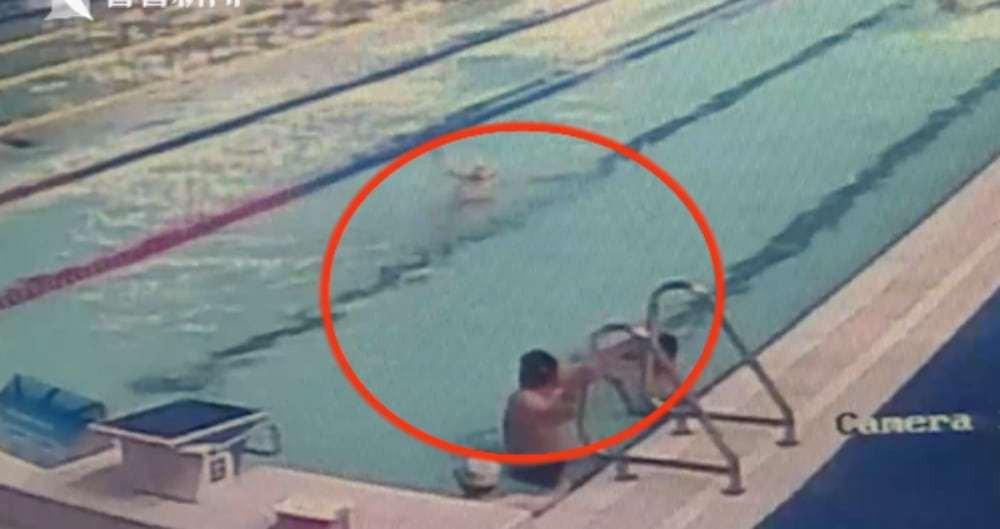 Trung Quốc: Già cả còn trắc nết, người đàn ông thản nhiên đại tiện giữa bể bơi khiến mọi người hoảng hốt chạy loạn - Ảnh 2.