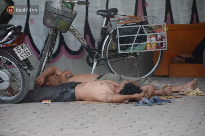 Tình người trong dãy trọ 15k/ đêm ở Hà Nội: Ông chủ tự bỏ tiền túi lắp điều hòa, quạt mát cho người nghèo trốn nóng - Ảnh 5.