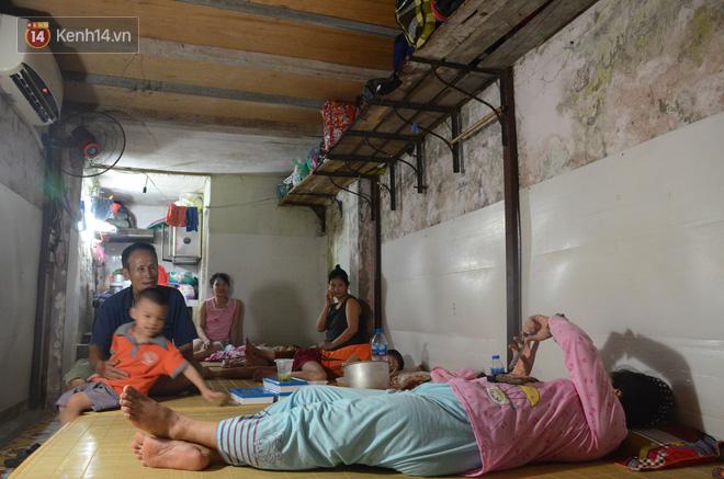 Tình người trong dãy trọ 15k/ đêm ở Hà Nội: Ông chủ tự bỏ tiền túi lắp điều hòa, quạt mát cho người nghèo trốn nóng - Ảnh 10.