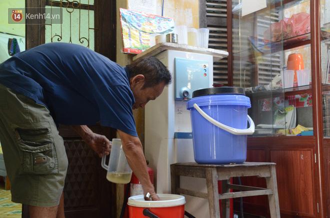 Tình người trong dãy trọ 15k/ đêm ở Hà Nội: Ông chủ tự bỏ tiền túi lắp điều hòa, quạt mát cho người nghèo trốn nóng - Ảnh 15.