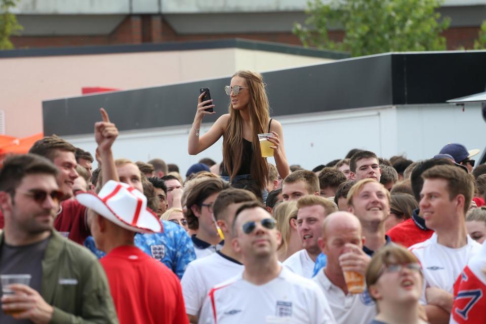 Câu chuyện World Cup ở nước Anh: Phố xá vắng tanh không ai qua lại, 5 triệu người xin nghỉ phép sau đêm ăn mừng chiến thắng - Ảnh 13.