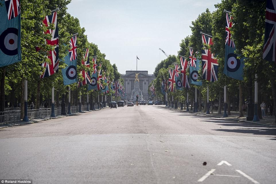 Câu chuyện World Cup ở nước Anh: Phố xá vắng tanh không ai qua lại, 5 triệu người xin nghỉ phép sau đêm ăn mừng chiến thắng - Ảnh 9.