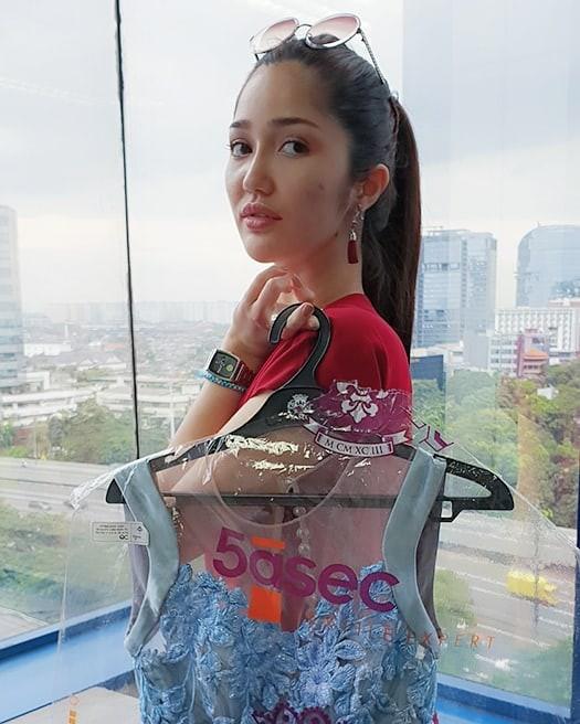 Nhan sắc và phong cách thời trang của Hoa hậu Hoàn vũ Indonesia 2018 được coi là chị em sinh đôi của Bích Phương - Ảnh 11.