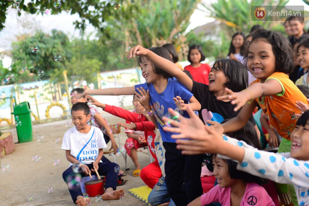 Thêm một hành trình tiếp nối yêu thương của Sunbox: Từ vỏ chai nhựa bỏ đi, các bạn đã dựng nên một rạp rối lưu động cho trẻ em miền cao - Ảnh 9.