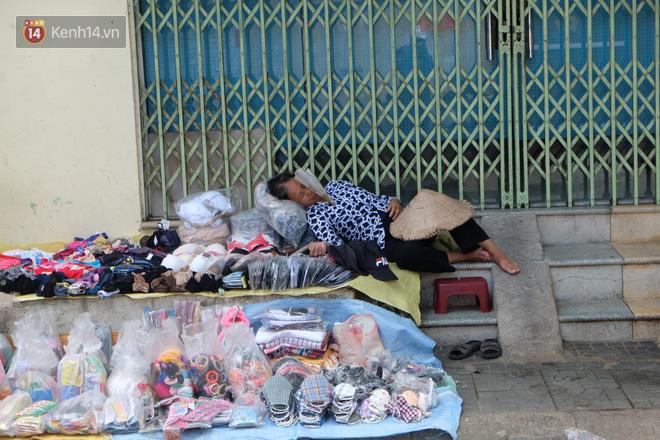 Ảnh: Những giấc ngủ trưa nhọc nhằn dưới tán cây, gầm cầu của người lao động trong đợt nắng nóng đỉnh điểm ở Thủ đô - Ảnh 3.