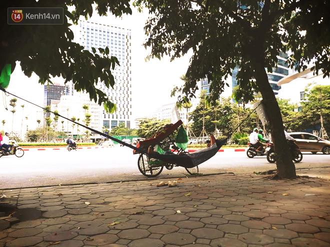Ảnh: Những giấc ngủ trưa nhọc nhằn dưới tán cây, gầm cầu của người lao động trong đợt nắng nóng đỉnh điểm ở Thủ đô - Ảnh 6.