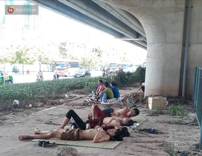 Ảnh: Những giấc ngủ trưa nhọc nhằn dưới tán cây, gầm cầu của người lao động trong đợt nắng nóng đỉnh điểm ở Thủ đô - Ảnh 13.