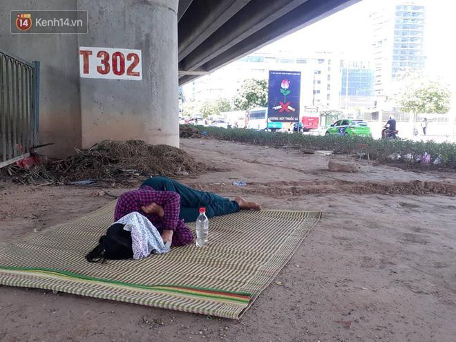 Ảnh: Những giấc ngủ trưa nhọc nhằn dưới tán cây, gầm cầu của người lao động trong đợt nắng nóng đỉnh điểm ở Thủ đô - Ảnh 12.