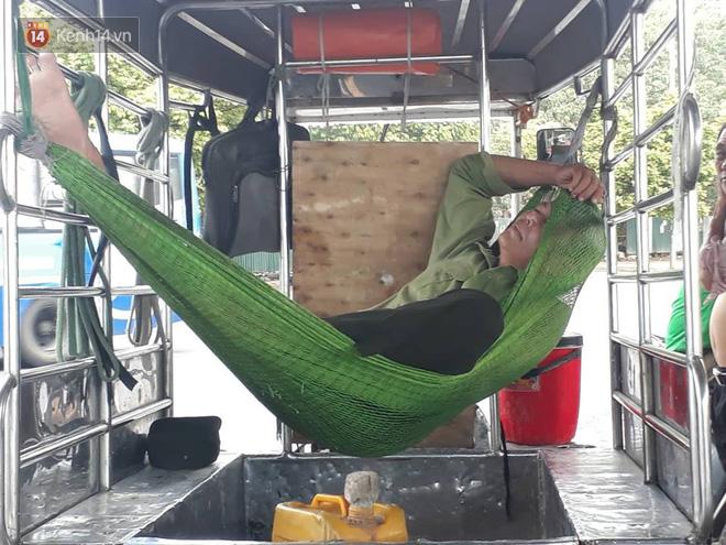 Ảnh: Những giấc ngủ trưa nhọc nhằn dưới tán cây, gầm cầu của người lao động trong đợt nắng nóng đỉnh điểm ở Thủ đô - Ảnh 11.