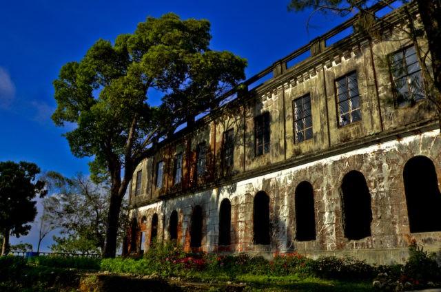 Vẻ ma mị của khách sạn trăm tuổi bị bỏ hoang ở Philippines ẩn chứa nhiều câu chuyện đen tối làm du khách tò mò - Ảnh 1.