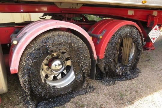 Úc: Nóng tới nỗi nhựa đường chảy nhão phá hỏng bánh xe - Ảnh 1.