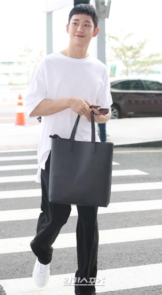 Tài tử Jung Hae In và hoàng tử lai Samuel đổ bộ sân bay Hàn sang Việt Nam, Yoona bất ngờ xuất hiện - Ảnh 5.
