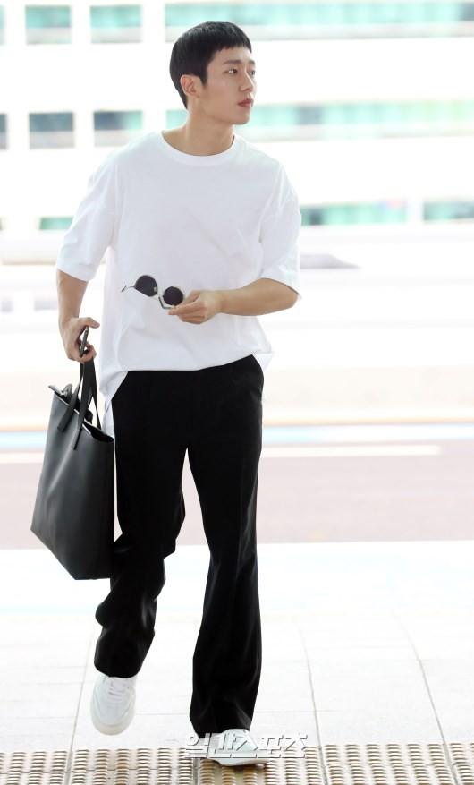 Tài tử Jung Hae In và hoàng tử lai Samuel đổ bộ sân bay Hàn sang Việt Nam, Yoona bất ngờ xuất hiện - Ảnh 6.