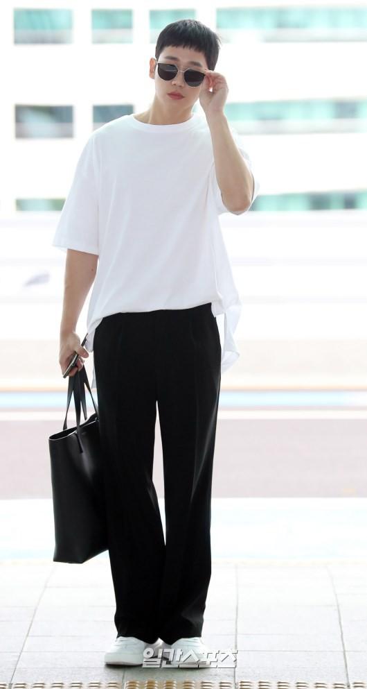 Tài tử Jung Hae In và hoàng tử lai Samuel đổ bộ sân bay Hàn sang Việt Nam, Yoona bất ngờ xuất hiện - Ảnh 7.