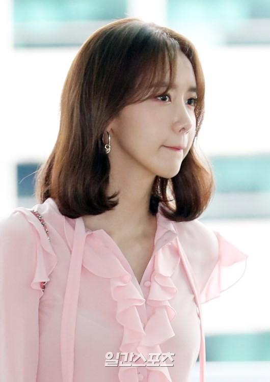 Tài tử Jung Hae In và hoàng tử lai Samuel đổ bộ sân bay Hàn sang Việt Nam, Yoona bất ngờ xuất hiện - Ảnh 17.