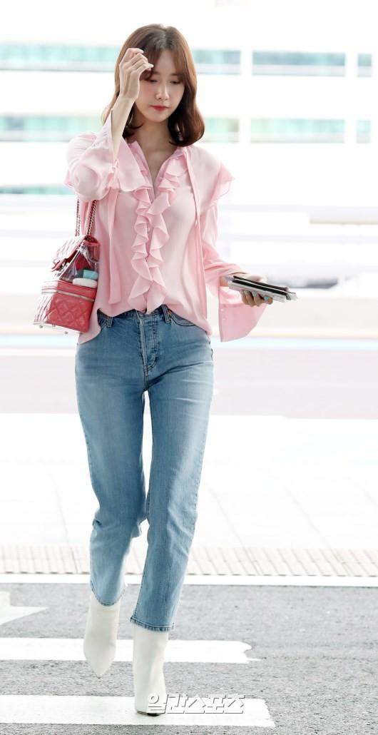 Tài tử Jung Hae In và hoàng tử lai Samuel đổ bộ sân bay Hàn sang Việt Nam, Yoona bất ngờ xuất hiện - Ảnh 14.
